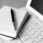 Schrijfblok op laptop