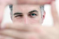 Man kijkt door camera uitgebeeld met handen