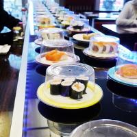 Sushi band met Sushi gerechten in een sushi bar