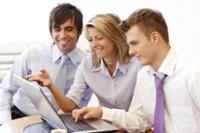 Groep mensen achter laptop